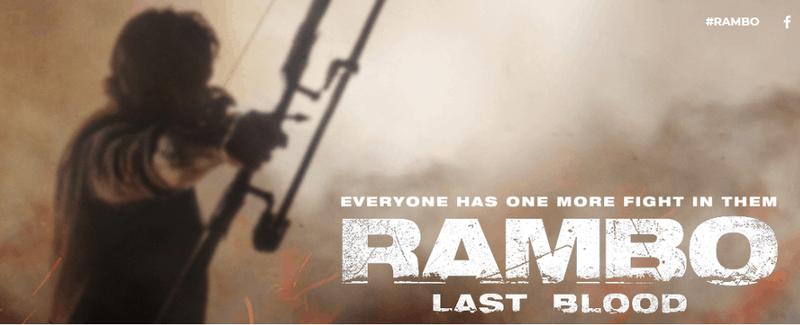 Foto oficial da divulgação do novo filme de Rambo, com ele segurando um arco