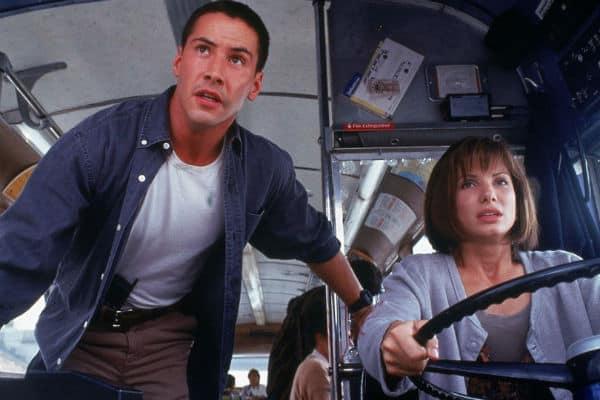 Keanu Reeves e Sandra Bullock em cena de Velocidade Máxima