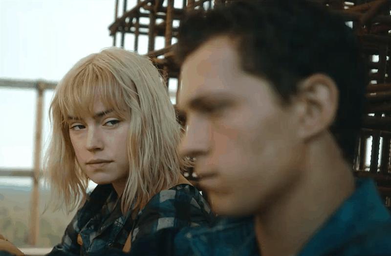 Tom Holland e Daisy Ridley durante o filme Mundo em Caos