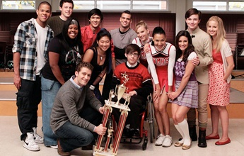 Elenco de Glee prestam homenagens a Naya Rivera no Lago Piru e na internet