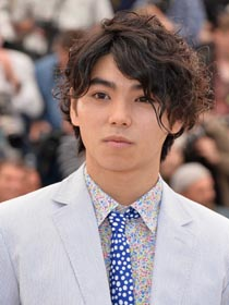The 20-year old son of father Jun Murakami and mother Ua, 171 cm tall Nijirô Murakami in 2018 photo